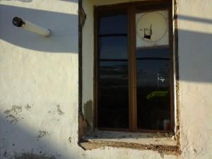 la finestra con l'inferriata divelta
