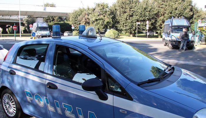 Polizia questa mattina, all'aeroporto di Fiumicino, davanti alla palazzina del centro addestramento Alitalia dove sono radunati una cinquantina di addetti della compagnia, del settore movimento carico bagagli, convocati per ricevere le lettere di mobilità, 3 novembre 2014. ANSA / TELENEWS