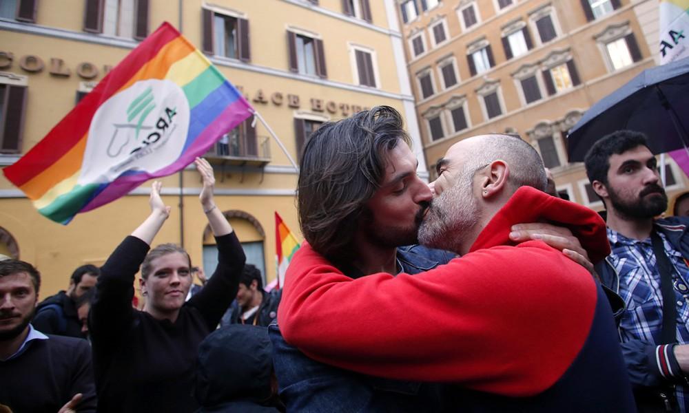 Nozze gay, prete suona le campane a morto a Carovilli