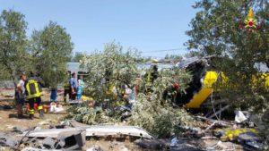 Lo scontro tra due treni di linea della Bari Nord avvenuto sul tratto a binario unico tra Ruvo di Puglia e Corato, 12 luglio 2016. ANSA/VIGILI DEL FUOCO +++ ANSA PROVIDES ACCESS TO THIS HANDOUT PHOTO TO BE USED SOLELY TO ILLUSTRATE NEWS REPORTING OR COMMENTARY ON THE FACTS OR EVENTS DEPICTED IN THIS IMAGE; NO ARCHIVING; NO LICENSING +++
