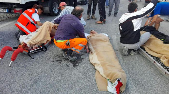 Persone ferite dopo la scossa di terremoto ad Amatrice 24 agosto 2016. ANSA LUCA PROSPERI