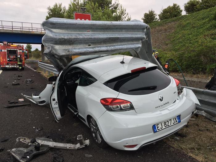 Auto contro guard-rail, tragedia sfiorata sulla A14