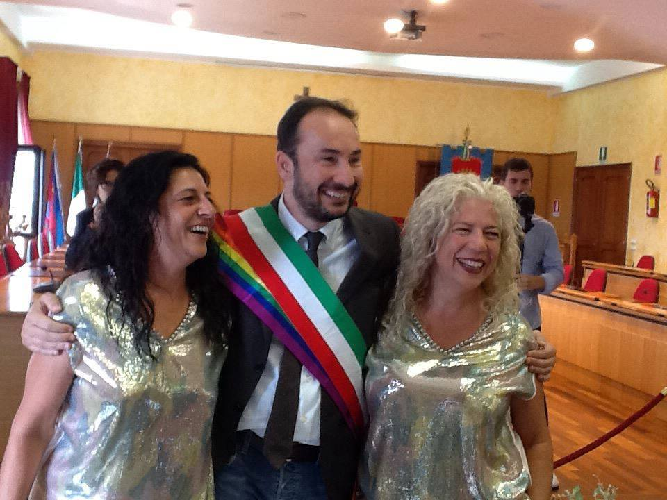 Primo Matrimonio Gay Toscana : Celebrato in abruzzo il primo matrimonio gay l eco