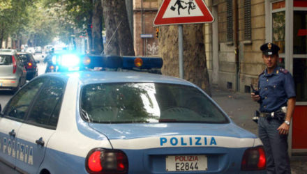 20060925 - BOLOGNA - CRO: VIOLENTANO UNA RAGAZZA DI 26 ANNI, 2 ARRESTI A BOLOGNA. Una volante della polizia in via Libia a Bologna nei pressi dell'appartamento dove due italiani avrebbero violentato una ragazza di 26 anni nella notte tra sabato e domenica.Sarebbe stata, secondo quanto si e' appreso, proprio la reazione disperata della ragazza a consentire la cattura dei due uomini. Gli stessi presunti violentatori hanno dovuto essere soccorsi dal 118 per contusioni al volto, poi la denuncia della vittima ha fatto scattare le manette.GIORGIO BENVENUTI/ ANSA