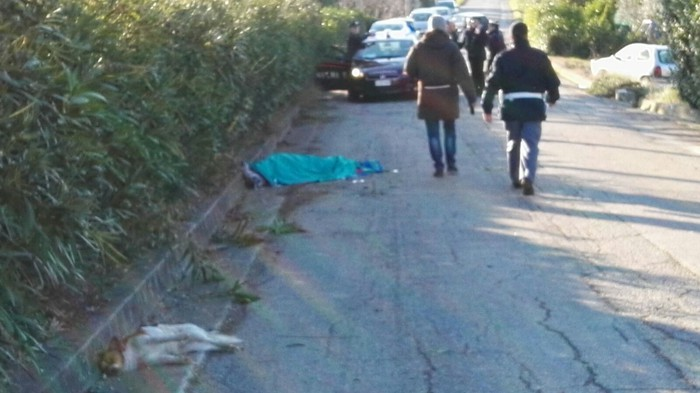 Auto piomba su pedoni: morto uomo e due cani,grave un ferito