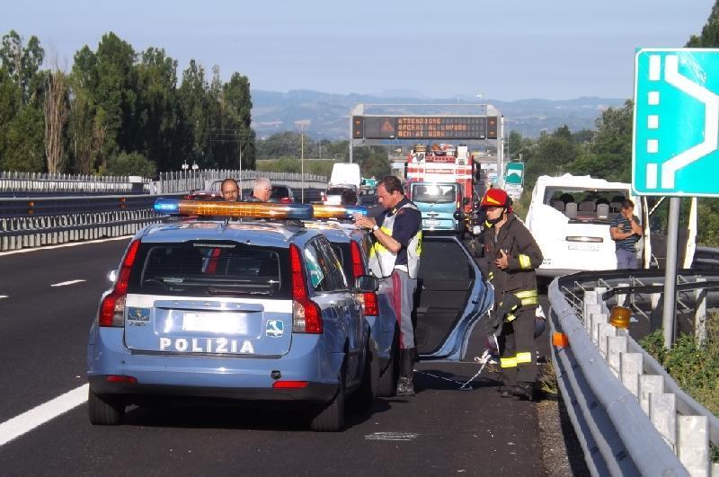 Incidente in A14, donna scende dall'auto e muore travolta