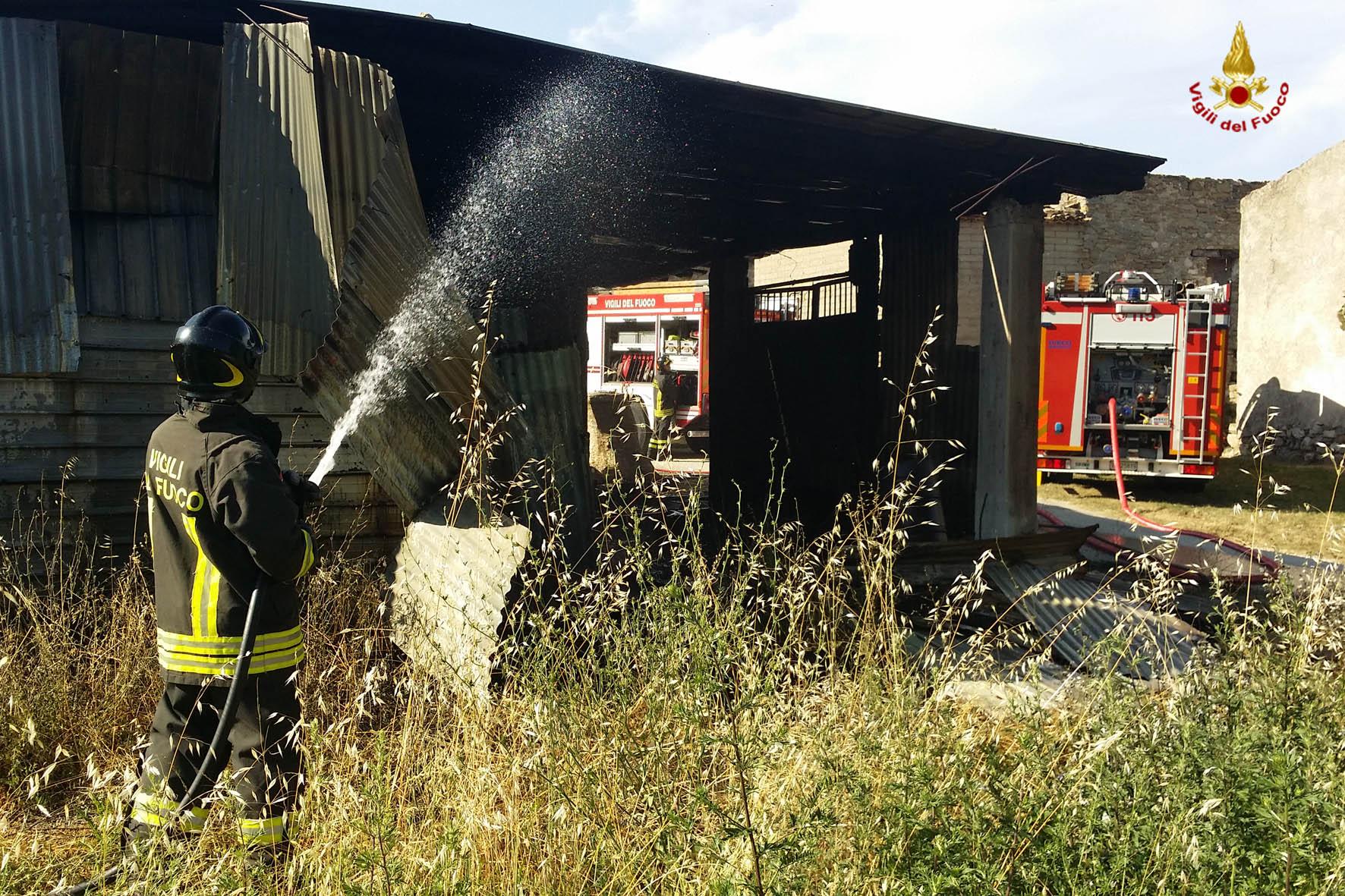 Capannone in fiamme, Vigili del fuoco in azione