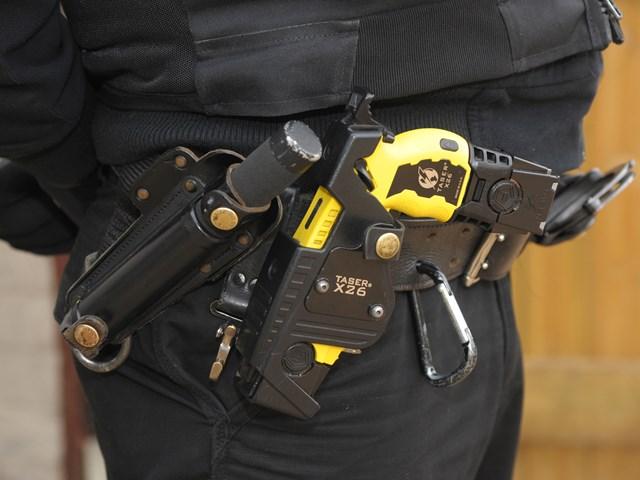 Pistola taser a polizia e carabinieri, via alla sperimentazione: