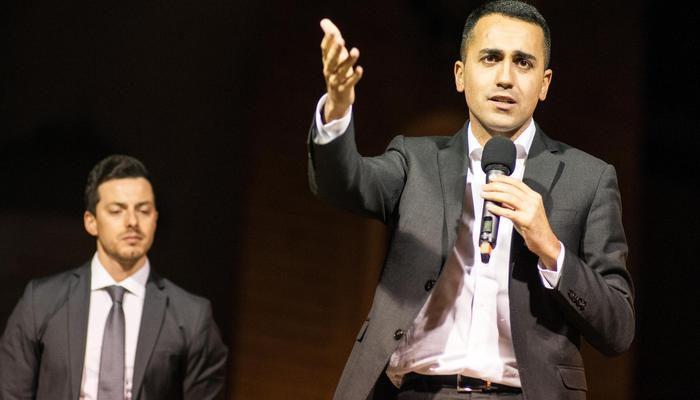 Il capo politico di M5s, Luigi Di Maio, durante l'incontro elettorale per il candidato presidente Andrea Greco a Montenero di Bisaccia (Campobasso), 17 aprile 2018.  ANSA/NICOLA LANESE