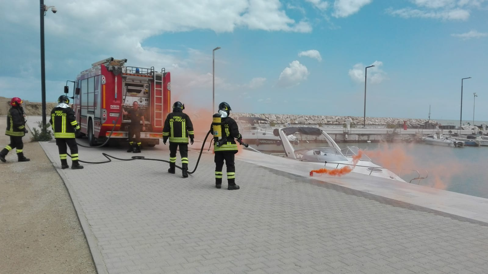 Ufficio In Fiamme : Imbarcazione ormeggiata in fiamme in azione vigili del fuoco e