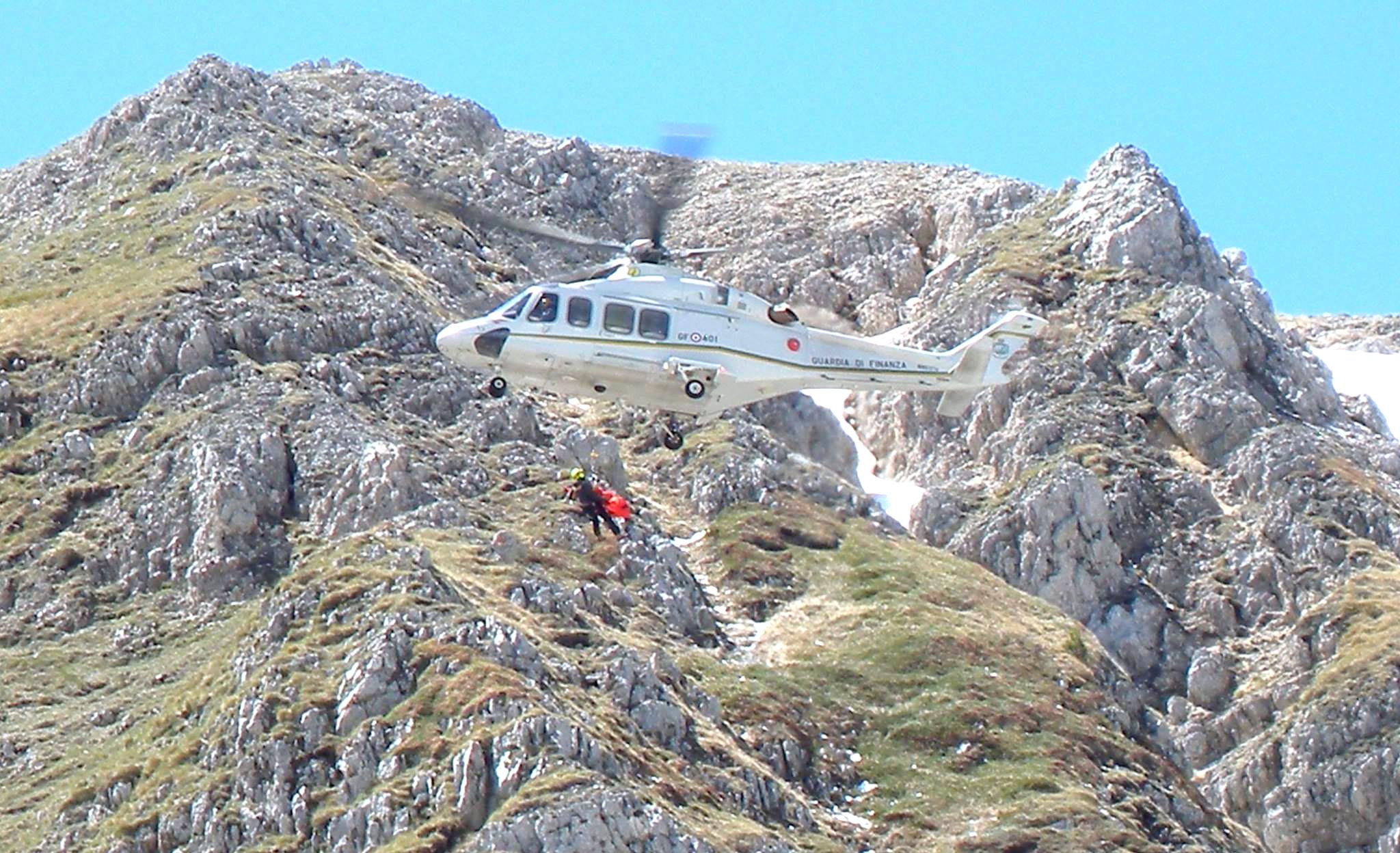 Elicottero Gdf : Gdf esercitazioni di soccorso sul gran sasso il capoluogo