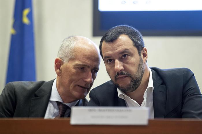 Profughi, circolare di Salvini ai prefetti: stretta sulla ...