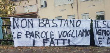 Striscioni affissi fuori l'Itis sede dell'Alberghiero
