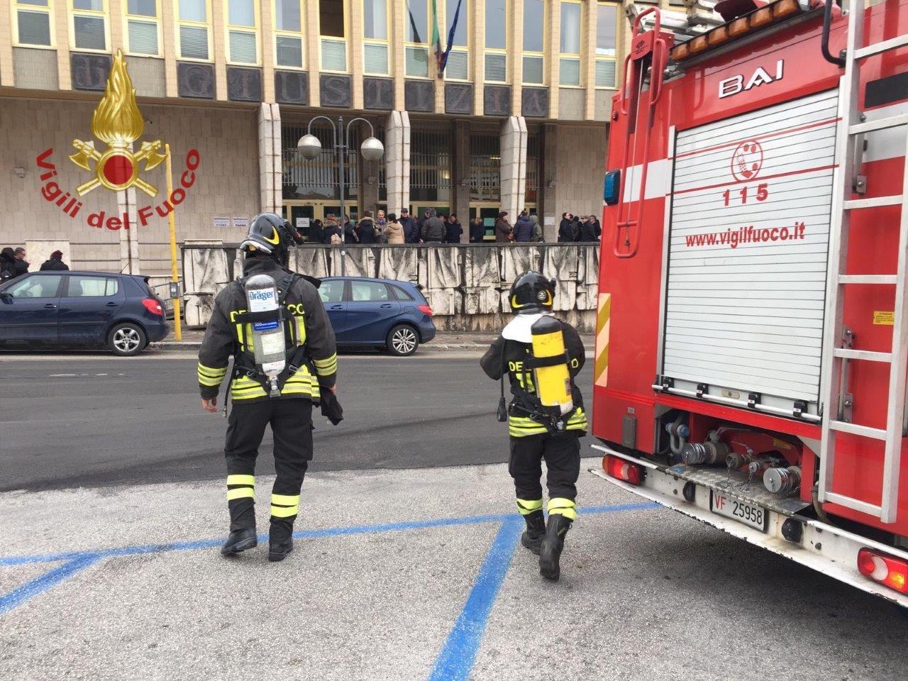 Principio di incendio nei seminterrati, evacuato il ...